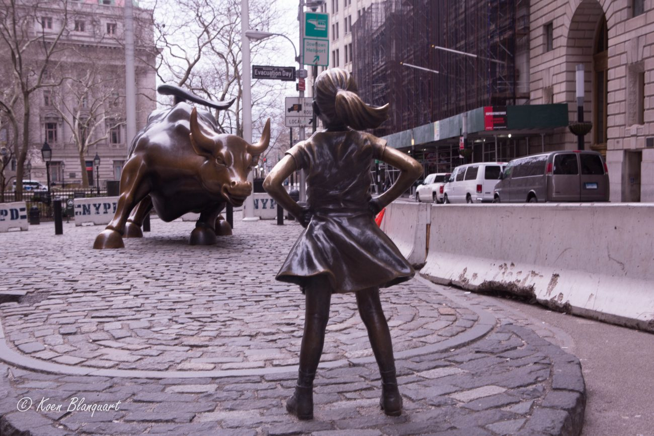 The fearless girl statue in lower manhattan